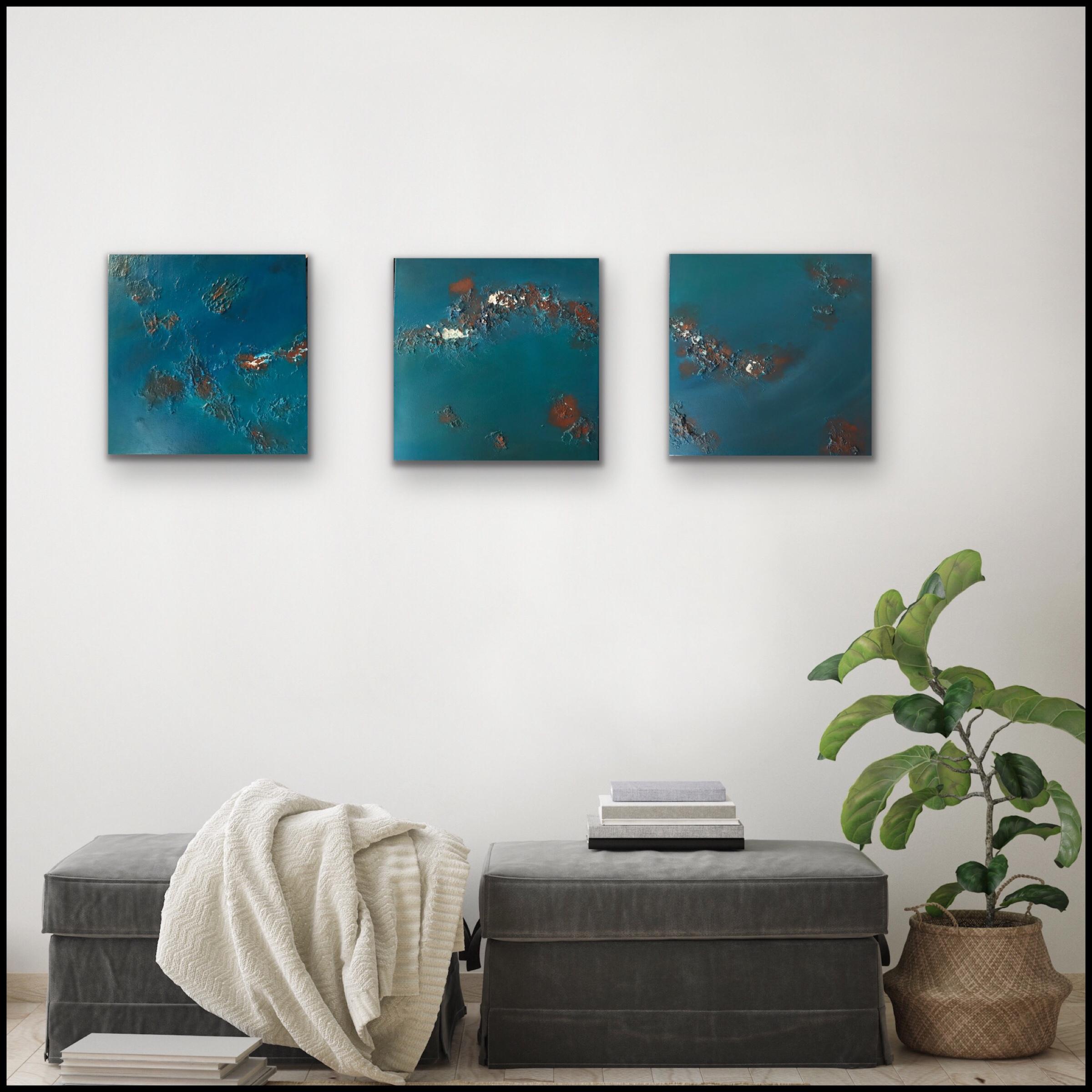 3 abstract schilderijen met structuur in blauw, roestkleur en wit (drieluik)